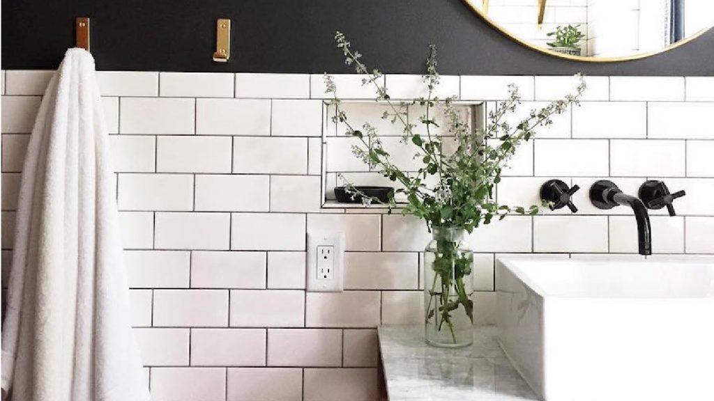 Agrandir visuellement une petite salle de bain.